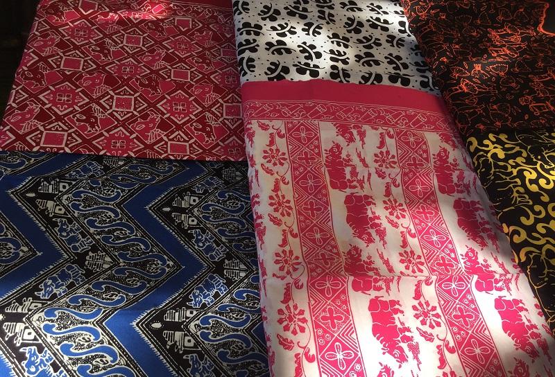 https: img.okeinfo.net content 2019 02 13 194 2017225 uniknya-batik-cikadu-hingga-miniatur-badak-souvenir-khas-banten-6AEFbcI8QR.JPG