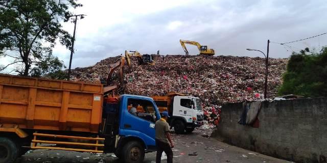 https: img.okeinfo.net content 2019 02 13 338 2017582 kota-depok-terancam-banjir-sampah-IrgVoTe096.jpg