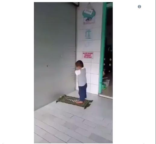 https: img.okeinfo.net content 2019 02 14 196 2017702 video-bocah-laki-laki-solat-kejedot-dinding-bukannya-prihatin-netizen-malah-ngakak-6P4J6j037G.jpg