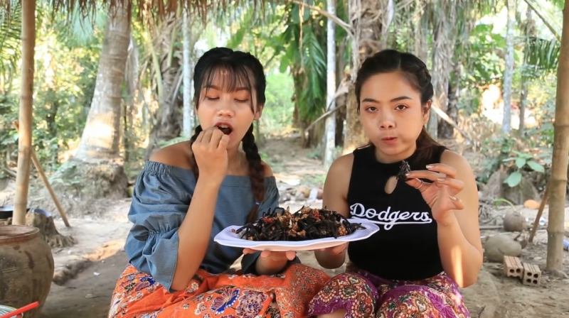 https: img.okeinfo.net content 2019 02 14 298 2017736 makan-tarantula-hitam-langka-2-wanita-ini-bikin-netizen-hilang-napsu-makan-gBrBIy2LDo.jpg
