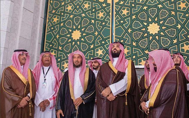 https: img.okeinfo.net content 2019 02 14 406 2017807 wisata-religi-putra-mahkota-arab-saudi-cium-hajar-aswad-hingga-naik-atap-kabah-BLShQMCgng.jpg