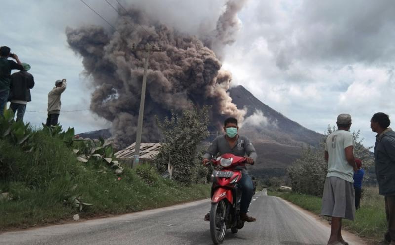https: img.okeinfo.net content 2019 02 14 608 2017852 gunung-sinabung-erupsi-pvmbg-imbau-warga-jangan-aktivitas-di-radius-7-km-BoPvFdCLJr.jpg