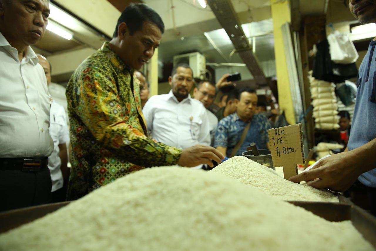 https: img.okeinfo.net content 2019 02 15 320 2018603 fakta-harga-beras-indonesia-bukanlah-termahal-di-dunia-YGf1Y4cwvx.jpg
