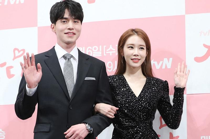 https: img.okeinfo.net content 2019 02 15 33 2018640 romantisnya-yoo-in-na-beri-lee-dong-wook-kado-valentine-eCgJtJutZR.jpg