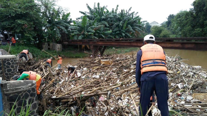 https: img.okeinfo.net content 2019 02 17 338 2019108 banyak-sampah-4-perumahan-dekat-sungai-cikeas-terendam-banjir-PSC2oLUqW6.jpg