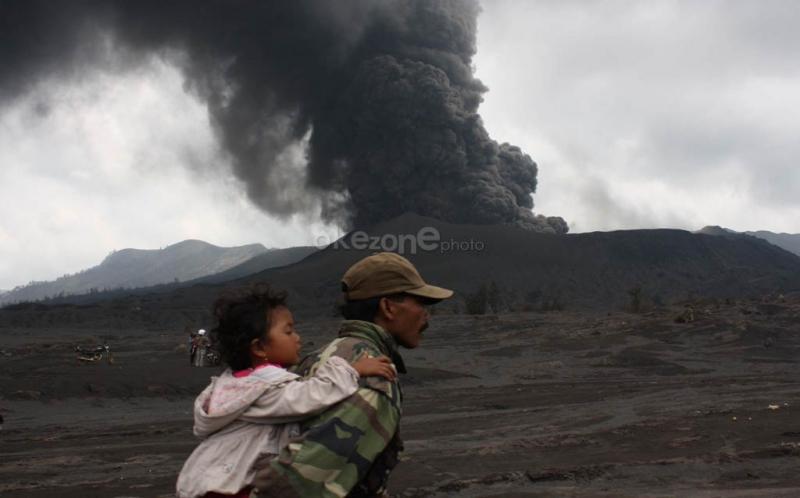 https: img.okeinfo.net content 2019 02 19 337 2019980 gunung-bromo-erupsi-semburkan-kolom-abu-2-929-meter-dilarang-mendekati-radius-1-km-LnSTsSjLsb.jpg
