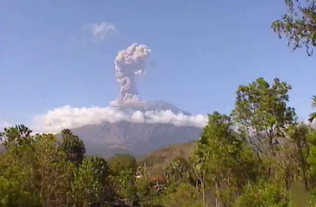 https: img.okeinfo.net content 2019 02 22 244 2021552 gunung-agung-kembali-erupsi-status-siaga-Z12O9Ktxkd.jpg