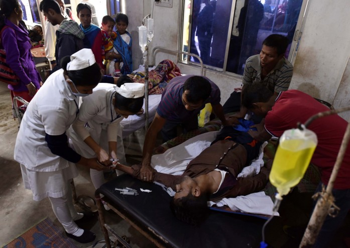 https: img.okeinfo.net content 2019 02 25 18 2022362 lebih-dari-150-orang-di-india-tewas-akibat-minum-miras-oplosan-J3nbiucbRP.jpg