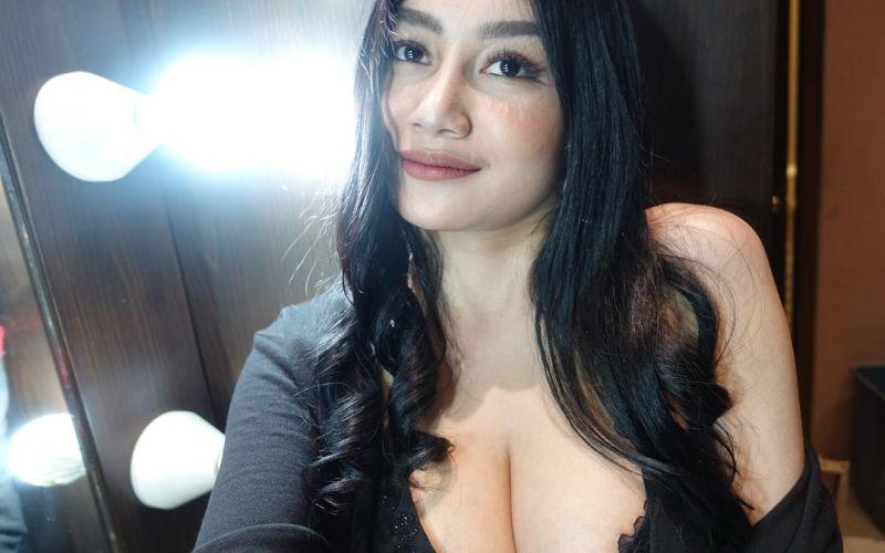 https: img.okeinfo.net content 2019 02 27 33 2023421 pamela-safitra-pose-bareng-ibunda-netizen-sama-sama-bohai-oPxWp9mzXf.jpg