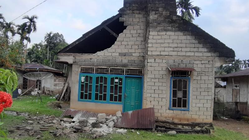 https: img.okeinfo.net content 2019 02 28 340 2023891 11-orang-luka-dan-101-rumah-rusak-akibat-gempa-m-5-6-di-solok-selatan-shsLVtAC0a.jpg