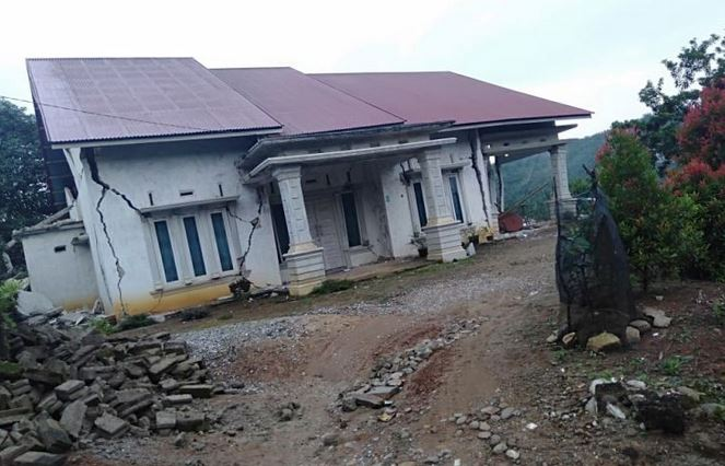 https: img.okeinfo.net content 2019 02 28 340 2023918 korban-luka-akibat-gempa-di-solok-selatan-capai-42-orang-PbrGuuZPJd.JPG