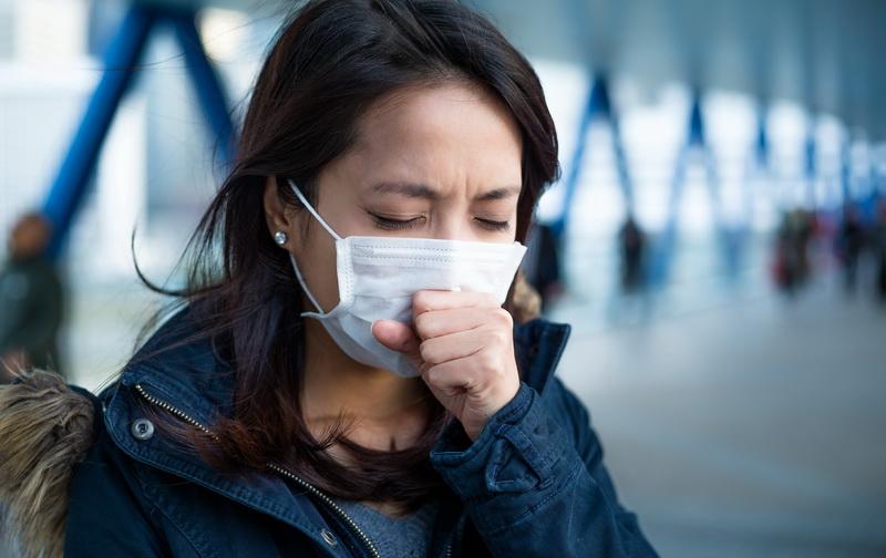 Selain lewat perantara udara, penyebaran virus batuk pilek juga dapat terjadi lewat kontak fisik.