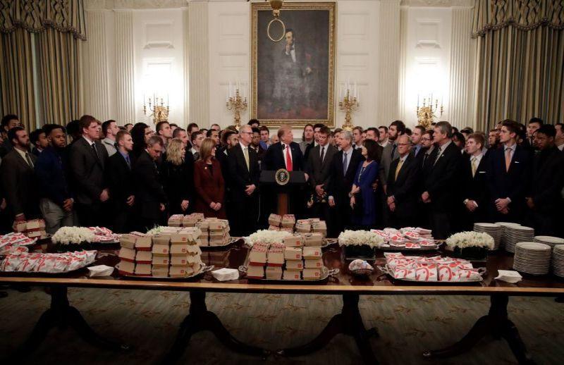 https: img.okeinfo.net content 2019 03 06 298 2026724 jamu-pemenang-american-football-donald-trump-suguhkan-segudang-fast-food-TMELm2kKHu.jpg