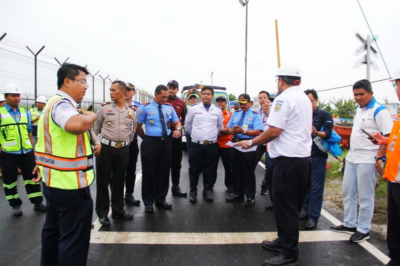 https: img.okeinfo.net content 2019 03 06 338 2026772 jalan-perimeter-selatan-bandara-soekarno-hatta-batal-dibuka-besok-HPFrMTu6F0.jpg