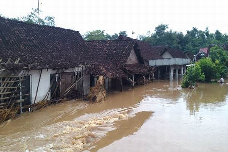 https: img.okeinfo.net content 2019 03 06 519 2026580 banjir-bandang-madiun-1-633-rumah-terandam-6-000-warga-mengungsi-cMGmogdaP5.jpg