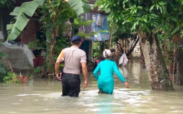 https: img.okeinfo.net content 2019 03 07 519 2027126 ini-dampak-banjir-yang-menggenangi-4-kabupaten-di-jawa-timur-41P2zgFF1j.jpg