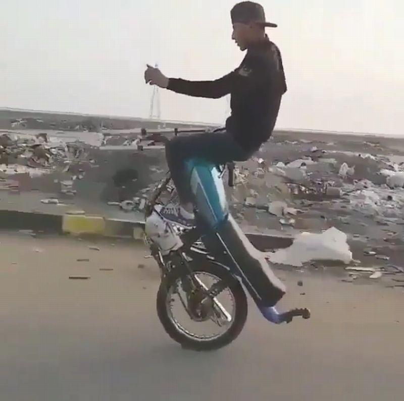 https: img.okeinfo.net content 2019 03 09 15 2027790 bikers-ini-hanya-bisa-kendarai-motor-pakai-satu-roda-FiGlLnHihg.jpg