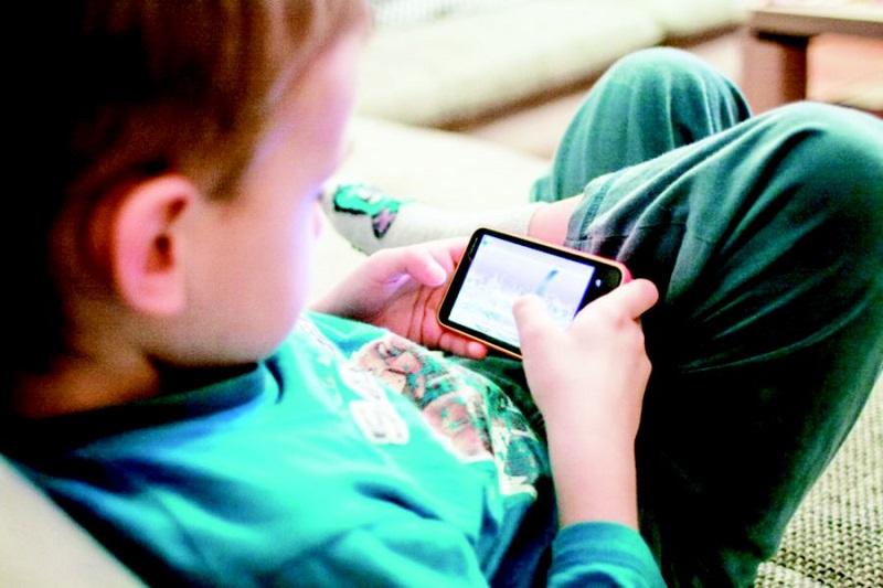 https: img.okeinfo.net content 2019 03 09 481 2027775 selain-mata-minus-ini-bahaya-jika-anak-kecanduan-main-gadget-Gv9SGK9BRt.jpg