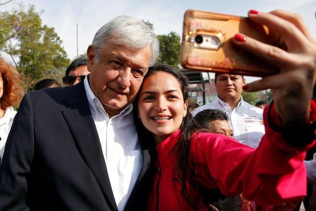 https: img.okeinfo.net content 2019 03 11 18 2028404 gaya-presiden-meksiko-naik-pesawat-ekonomi-swafoto-bareng-warga-hingga-bepergian-tanpa-pengawalan-UPG45HDbCr.jpg