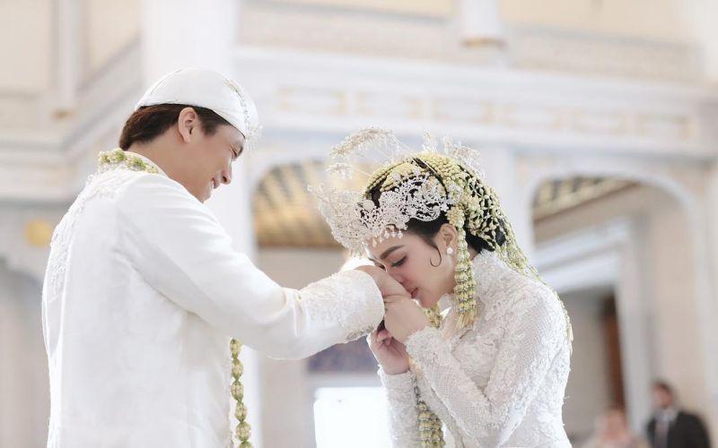 https: img.okeinfo.net content 2019 03 12 33 2029136 syahrini-akhirnya-rilis-video-pernikahannya-dengan-reino-barack-u6mEW7AJHG.jpg