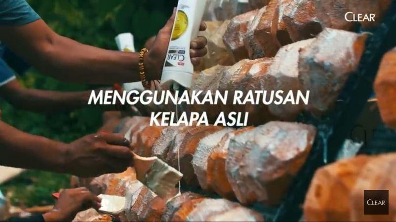 https: img.okeinfo.net content 2019 03 14 194 2030020 live-billboard-berisi-ratusan-kelapa-asli-tunjukkan-bagaimana-clear-lemon-fresh-baru-sikat-gatal-ketombe-ngf8IpOXFg.jpg