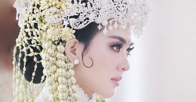 https: img.okeinfo.net content 2019 03 15 33 2030516 menikah-di-jepang-syahrini-ungkap-bangga-jadi-orang-sunda-NDqo8lGoEF.jpg