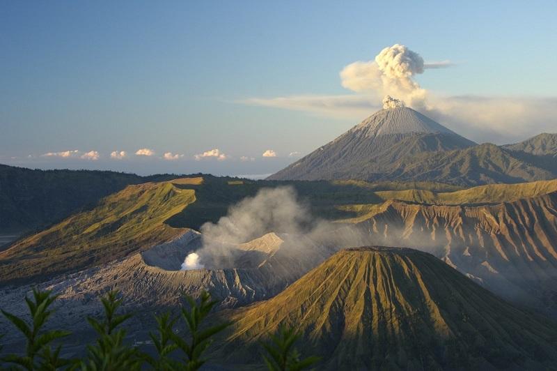 Banyak wisatawan asing maupun domestik datang untuk menikmati keindahan yang disuguhkan oleh Gunung Bromo.