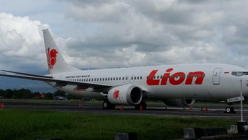 https: img.okeinfo.net content 2019 03 16 340 2030904 pesawat-boeing-737-max-8-milik-lion-air-ditahan-di-bandara-sam-ratulangi-ou13xoo2UW.jpg