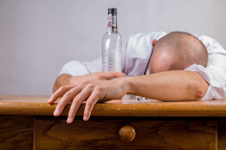 https: img.okeinfo.net content 2019 03 19 481 2031923 apa-yang-terjadi-pada-tubuh-saat-anda-mabuk-alkohol-IvJHZ8590D.jpg