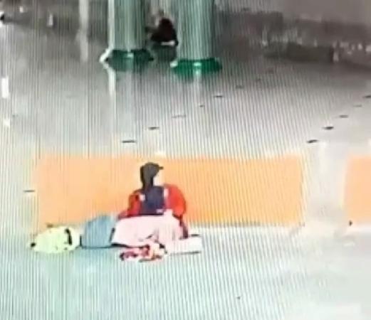 https: img.okeinfo.net content 2019 03 20 338 2032692 viral-perempuan-curi-hp-dari-tas-jamaah-yang-sedang-wudu-di-masjid-tangerang-4giw9uOqj6.jpg