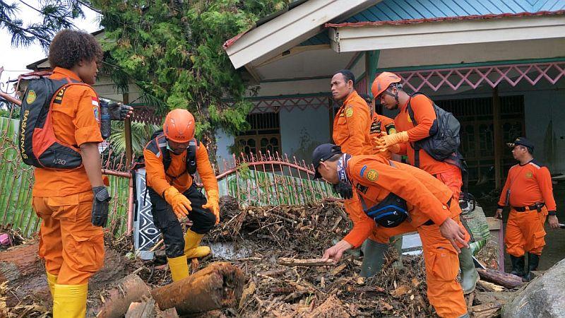 https: img.okeinfo.net content 2019 03 22 340 2033705 tim-sar-gabungan-terus-mencari-korban-banjir-bandang-sentani-IRKs1OQmnG.jpg