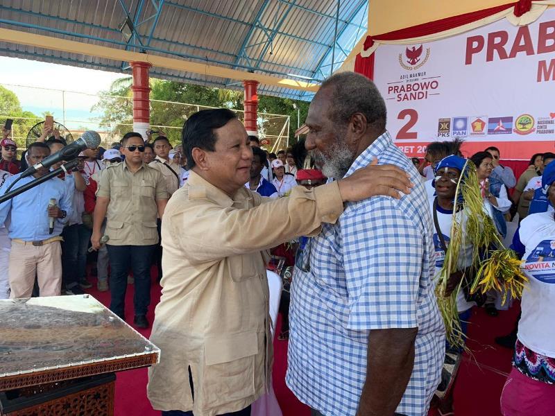 https: img.okeinfo.net content 2019 03 25 605 2034793 kampanye-di-merauke-prabowo-buka-baju-dan-berikan-ke-tokoh-masyarakat-papua-3TAI1gVZi5.jfif