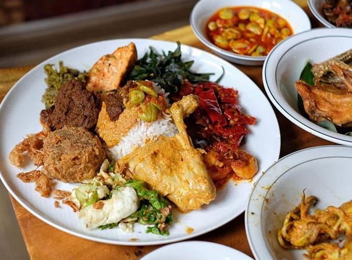 https: img.okeinfo.net content 2019 03 26 298 2035197 viral-restoran-padang-berkonsep-all-you-can-eat-netizen-pulang-pulang-kolesterol-bdPFgYFCt0.jpg