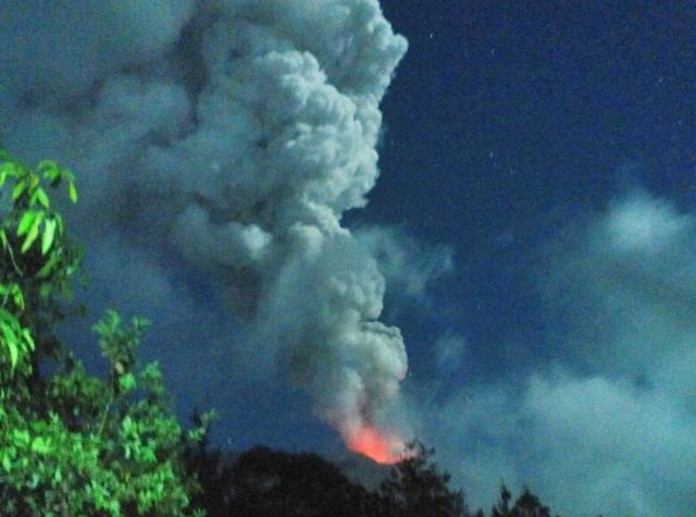 https: img.okeinfo.net content 2019 04 04 244 2038852 gunung-agung-kembali-erupsi-abunya-mencapai-2-000-meter-5fKPzu974l.jpg