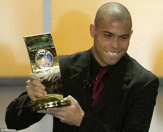 https: img.okeinfo.net content 2019 04 05 51 2039590 ronaldo-luis-pesepakbola-pertama-yang-sabet-dua-trofi-pemain-terbaik-dunia-ZEfCfjUmCu.jpg