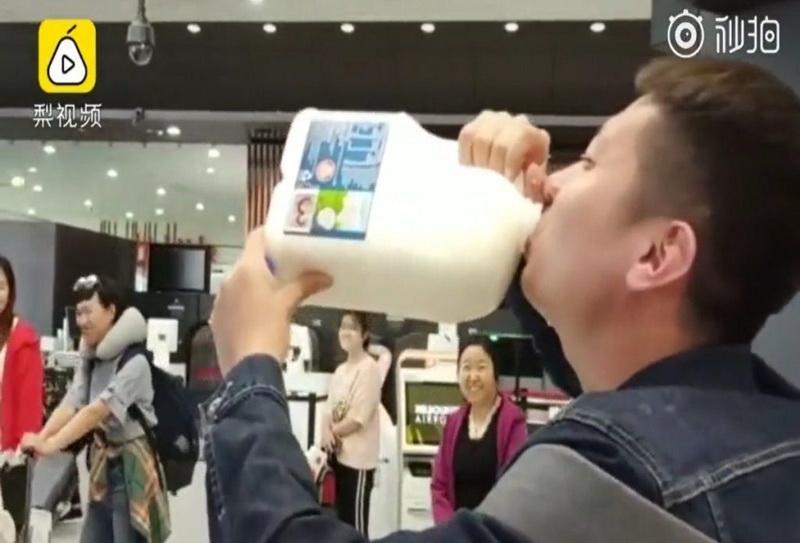https: img.okeinfo.net content 2019 04 08 406 2040420 viral-wisatawan-tiongkok-tenggak-2-5-liter-susu-di-bandara-melbourne-IBACaEo5uC.jpg