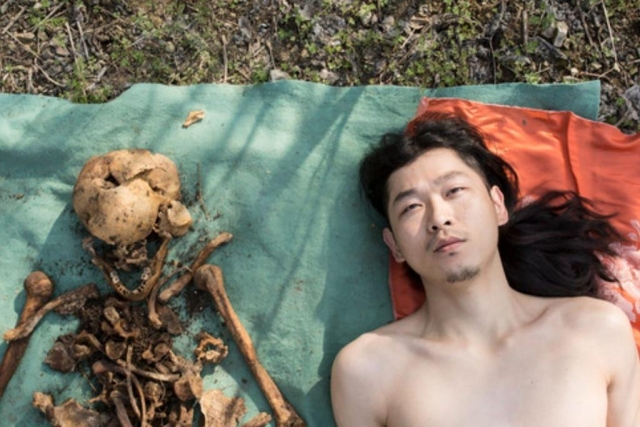 https: img.okeinfo.net content 2019 04 09 18 2040986 pose-telanjang-di-samping-tulang-ayahnya-pria-china-mendapat-kecaman-wargnet-SVpzolTxI6.jpg