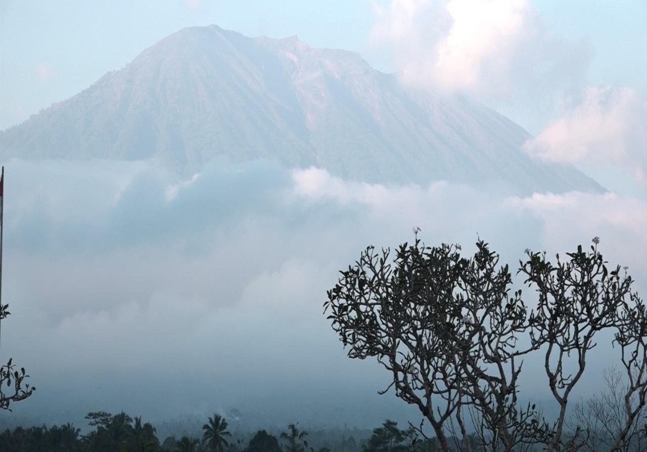 https: img.okeinfo.net content 2019 04 09 244 2040920 gunung-agung-dilanda-10-kali-gempa-dilarang-beraktivitas-di-radius-4-km-dari-kawah-Qjy7mjuFj5.jpg
