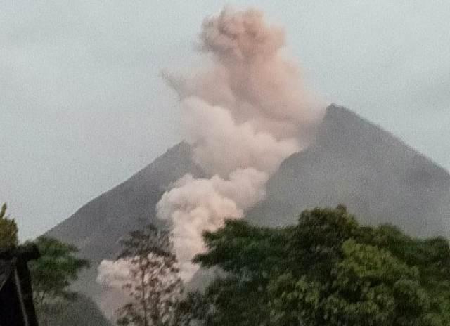 https: img.okeinfo.net content 2019 04 09 510 2040918 guguran-lava-pijar-meluncur-dua-kali-dari-merapi-pada-hari-ini-HYVswkVMzg.jpg