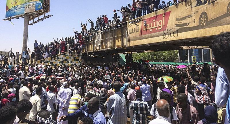 https: img.okeinfo.net content 2019 04 11 18 2041998 militer-sudan-dilaporkan-telah-lakukan-kudeta-terhadap-presiden-omar-al-bashir-WwH0lEvJ9t.jpg