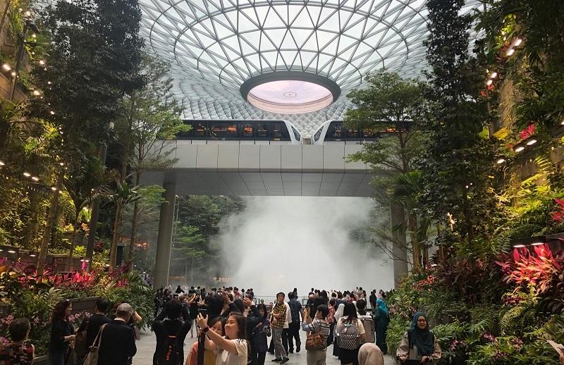 https: img.okeinfo.net content 2019 04 11 406 2042088 melihat-langsung-megahnya-jewel-changi-airport-singapura-serasa-di-hutan-modern-KJ2PraiABN.jpg