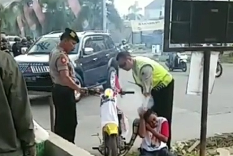https: img.okeinfo.net content 2019 04 11 512 2041932 viral-polisi-hukum-pemotor-berknalpot-brong-netizen-kasihan-YJF8DLbV23.jpg
