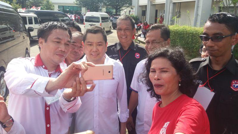 https: img.okeinfo.net content 2019 04 11 605 2042123 dampingi-jokowi-kampanye-di-depok-kader-perindo-ajak-hary-tanoe-selfie-bareng-Ubo1D7AqTQ.jpg