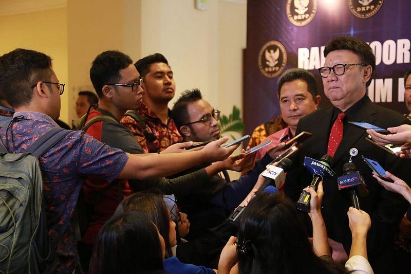 https: img.okeinfo.net content 2019 04 14 337 2043362 indonesia-jadi-teladan-negara-seluruh-dunia-dalam-membangun-peradaban-demokrasi-DCwpxleIXp.jpg