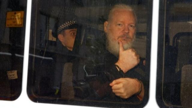 https: img.okeinfo.net content 2019 04 16 18 2044161 ekuador-mendapat-40-juta-serangan-siber-pasca-penangkapan-pendiri-wikileaks-julian-assange-487Trb8B36.jpg