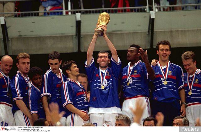 https: img.okeinfo.net content 2019 04 16 51 2044126 5-pemain-terbaik-dalam-sejarah-sepakbola-prancis-nomor-1-sabet-3-trofi-ballon-dor-rzGlnhHyq7.jpg