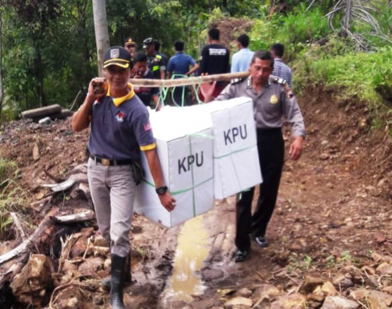 https: img.okeinfo.net content 2019 04 16 606 2044167 perjuangan-kpu-tembus-hutan-demi-distribusi-logistik-pemilu-di-papua-YhBzFgYARA.jpg