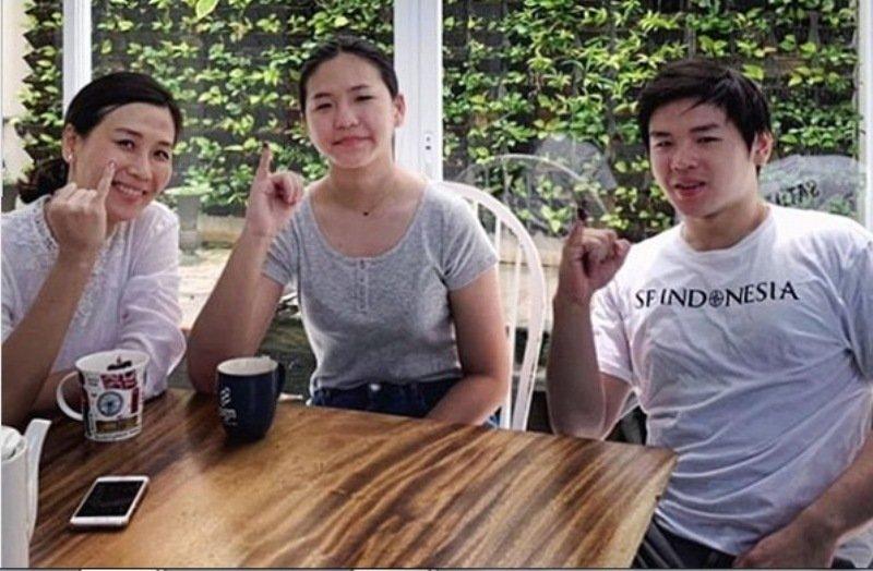https: img.okeinfo.net content 2019 04 17 196 2044779 kekompakan-veronica-tan-dan-kedua-anaknya-usai-mencoblos-eU3tdwUYRo.jpg