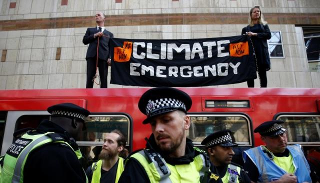 https: img.okeinfo.net content 2019 04 18 18 2045160 protes-perubahan-iklim-aktivis-nempel-di-atap-kereta-london-Khheho9ihl.jpg