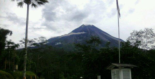 https: img.okeinfo.net content 2019 04 18 510 2045051 merapi-luncurkan-tiga-guguran-lava-pijar-ke-hulu-kali-gendol-FQO4dbGPqH.jpg